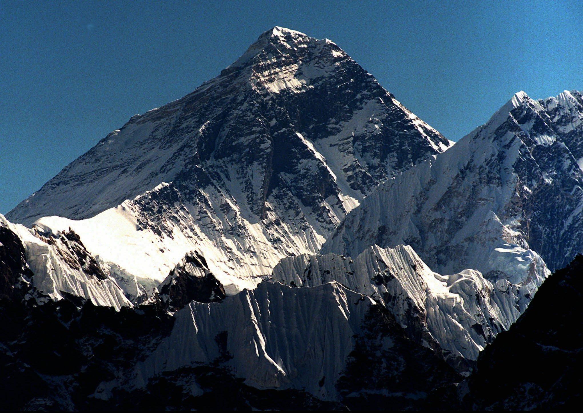 Εβερεστ: Δεκάδες σοροί ορειβατών εμφανίζονται με το λιώσιμο των