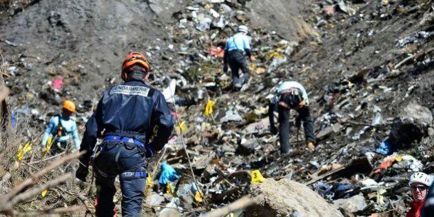 PHOTOS. Germanwings: les images impressionnantes des secouristes sur la zone du crash de