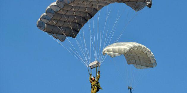 Parachutes dorés: Ayrault veut s'en inspirer après la