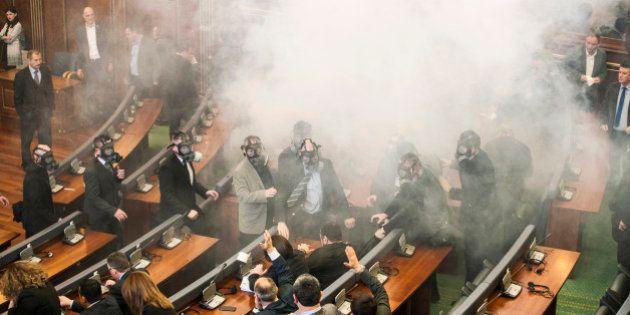 Au Kosovo, les députés de l'opposition lancent du gaz lacrymogène dans l'hémicycle du