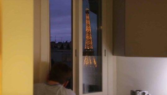 Il voulait voir la tour Eiffel de sa fenêtre, il a trouvé