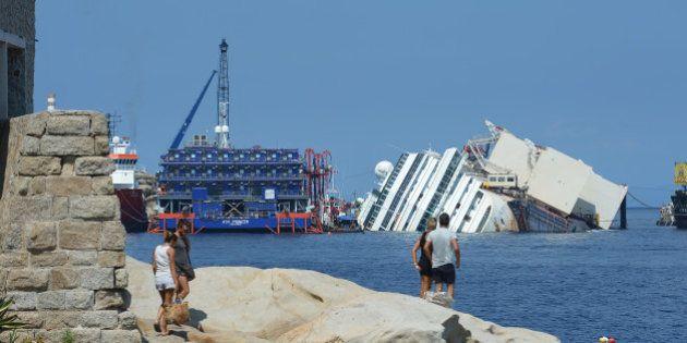 PHOTOS. Concordia: le redressement du navire commence avec 3h de retard sur l'île du