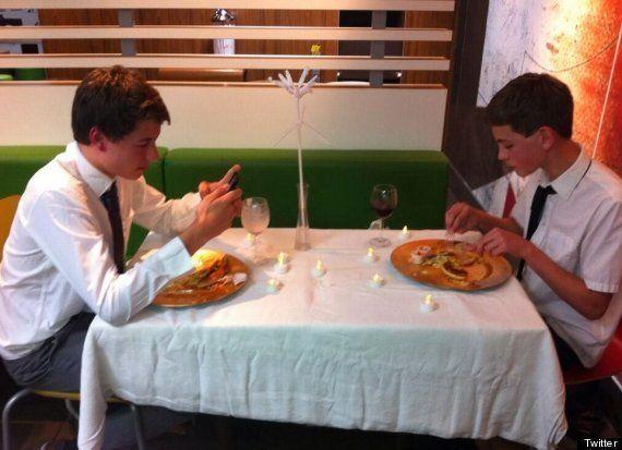 PHOTOS. McDo: le dîner aux chandelles de deux adolescents britanniques n'a pas plu à tout le