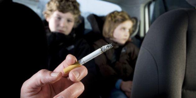 Fumer en voiture en présence d'enfants, une pratique que les députés britanniques veulent