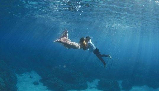 Les photos de mariage sous l'eau vont vous faire