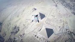 Il survole les pyramides de Gizeh en