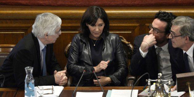 Anne Hidalgo maire de Paris: un an de projets, de bras de fer et de coups de