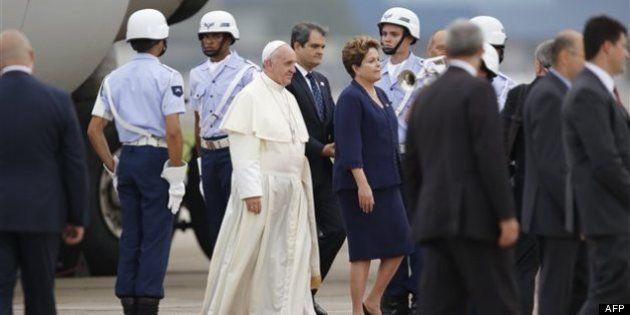 Le pape François accueilli à Rio par une foule en en
