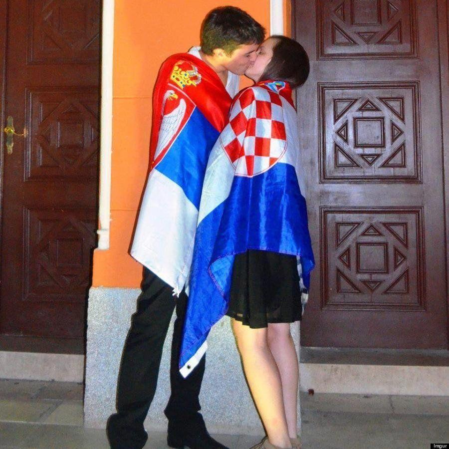PHOTO. Un baiser serbo-croate pour la paix dans les Balkans émeut le