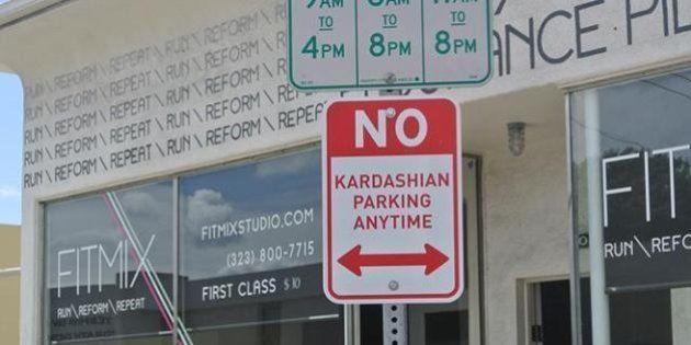 PHOTOS. Des panneaux anti Kardashian dans les rues de Los