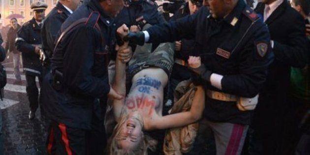 Deux femen seins nus place Saint-Pierre pendant le