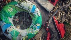 Sur l'île de Lesbos, les jouets de piscine sont le signe d'une traversée