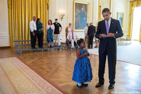 Barack Obama signe un mot d'excuse à une petite fille venue assister à une cérémonie