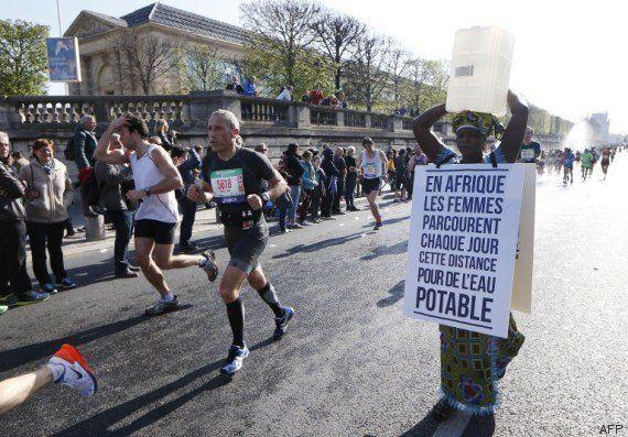 PHOTOS. Accès à l'eau: une Gambienne au départ du marathon de Paris un bidon d'eau sur la
