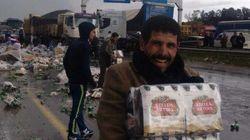 PHOTOS. Un camion de bière se renverse en Algerie, les photos des chapardeurs amusent les réseaux