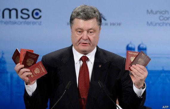 Le président ukrainien Petro Porochenko brandit des passeports pour prouver