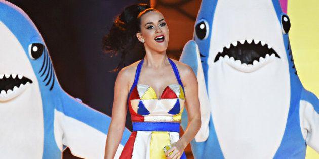 Katy Perry: après sa performance au Super Bowl, elle est accusée de promouvoir l'homosexualité et
