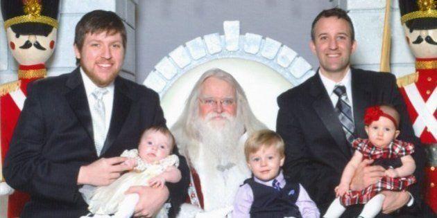 PHOTOS. Deux frères en photos avec le Père Noël depuis 33