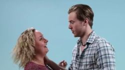 Maladresses et rires gênés pour cette expérience entre lesbiennes et jeunes hommes