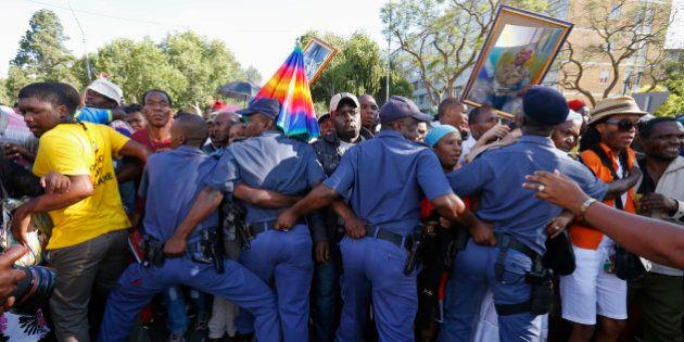 La police sud-africaine débordée par la foule venue rendre hommage à