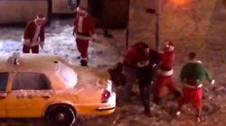 Une bagarre de Pères Noël en plein New