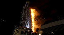 Un incendie ravage un hôtel de luxe à Dubaï, les pompiers toujours sur