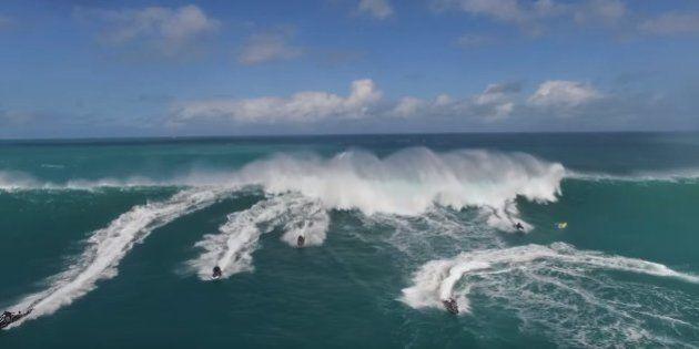 VIDÉO. Surpris par une vague de 15 mètres, ces jet-skis font demi