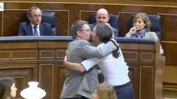 Le baiser enflammé du leader de Podemos au