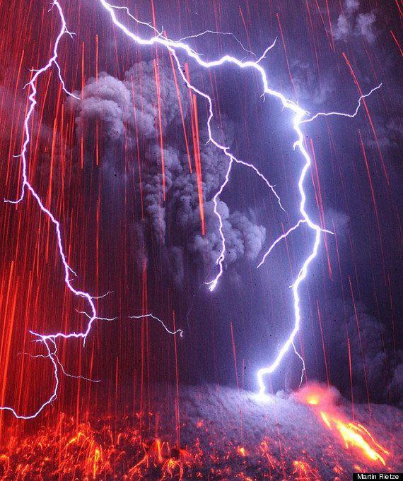 PHOTOS. Des clichés spectaculaires d'éclairs au-dessus d'un volcan en