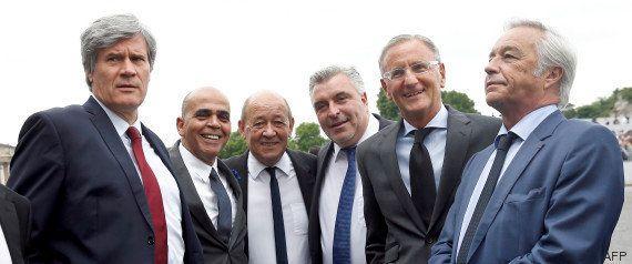 Jean-Yves Le Drian, général en chef de la Hollandie, signe le contrat du Rafale en