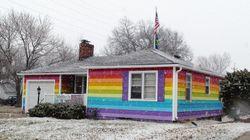 Habitant en face d'une église homophobe, il peint sa maison aux couleurs du drapeau