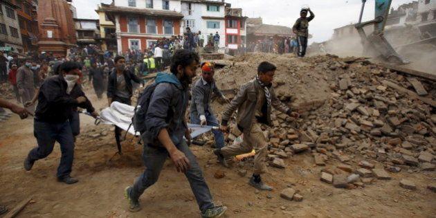 Népal: le tremblement de terre a fait au moins 2000 morts et 4700 blessés, difficiles opérations de