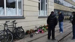 Des fleurs déposées à l'endroit où le suspect de Copenhague a été abattu font