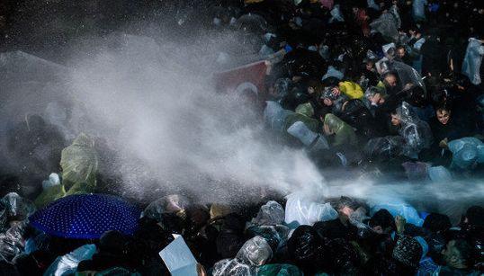 La police turque investit (au canon à eau) un grand journal hostile à