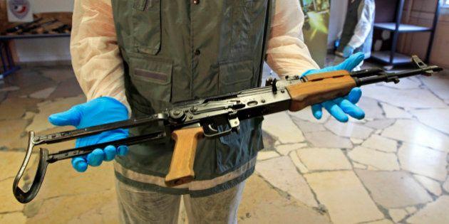 Le fusil d'assaut Kalachnikov, arme de guerre la plus connue au