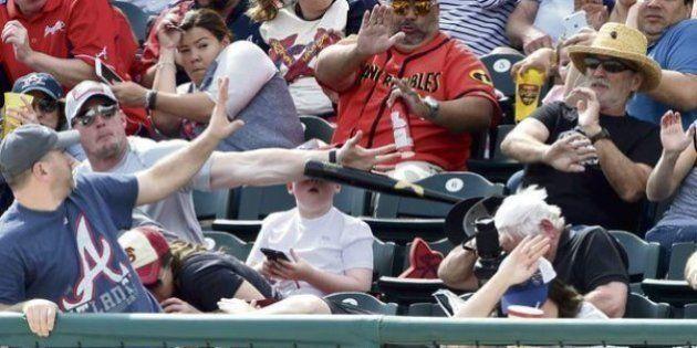 Un père sauve son fils d'un coup de batte de baseball