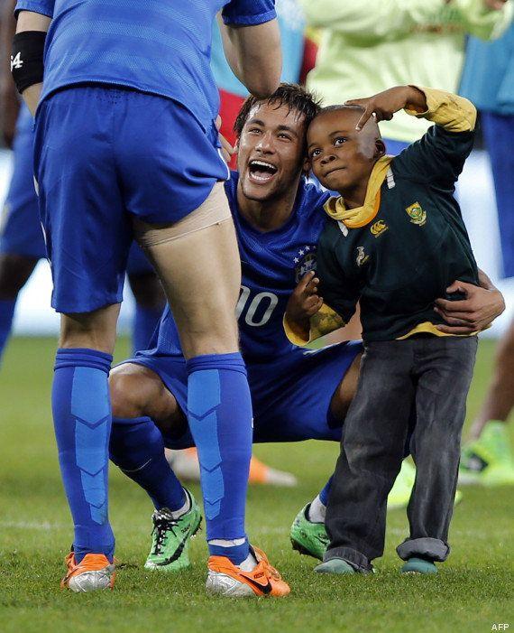 VIDÉO. Afrique du Sud / Brésil : un petit garçon fan de foot envahit le terrain pendant le