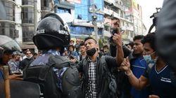 Les survivants du séisme en colère, la police anti-émeute