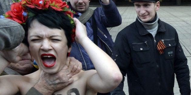 Ukraine: des Femen s'invitent dans une manifestation pro-russe en criant