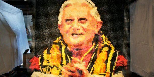 PHOTOS. Une artiste représente Benoît XVI avec des préservatifs pour promouvoir une sexualité