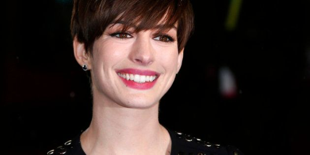 Anne Hathaway dépose une crotte de chien sur la voiture d'un