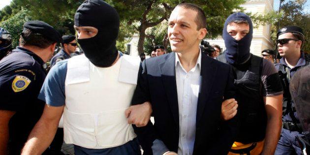VIDÉOS. Grèce: Nikos Michaloliakos, le chef du parti néo-nazi Aube Dorée placé en détention, quatre de...