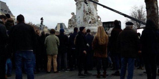 Revivez l'hommage populaire aux victimes des attentats place de la