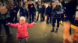 La danse de cette petite fille a donné le sourire aux passagers du
