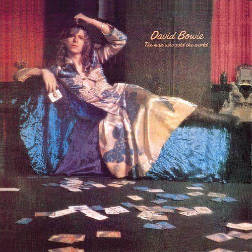 David Bowie, l'homme au look androgyne qui a fait voler en éclat les stéréotypes sur le