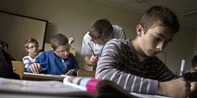 Des élèves de 6ème travaillent lors d'un cours d'histoire et géographie au collège de la Chataigneraie,...