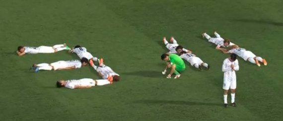 Tsunami au Japon en 2011: l'hommage des joueurs de football du Sanfrecce Hiroshima aux