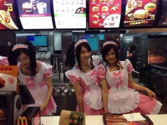 VIDÉOS. Les caissières d'un McDonald's de Taïwan habillées en bonnes ou en écolières pour les