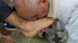 Pâques: le pape a lavé les pieds de détenus dont des