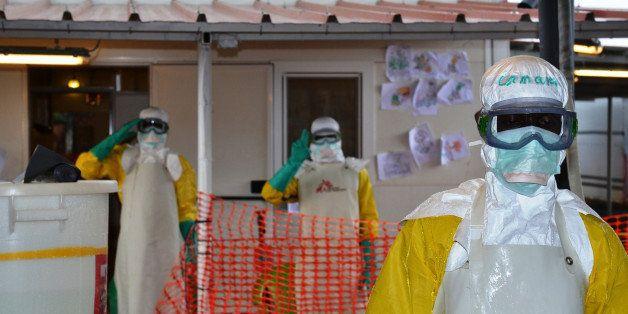 Des équipes médicales lors de l'épidémie en Afrique de l'Ouest en 2014 qui...